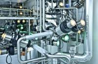 Foto Detail einer Anlage mit Ventilen und Rohren, Ventile mit leuchtenden LED-Statusanzeigen