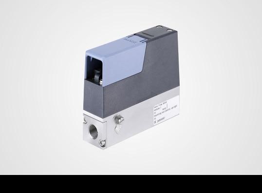 Mass Flow Controller auf grauem Hintergrund